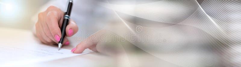 Donna che firma un contratto, effetto della luce Bandiera panoramica immagini stock libere da diritti