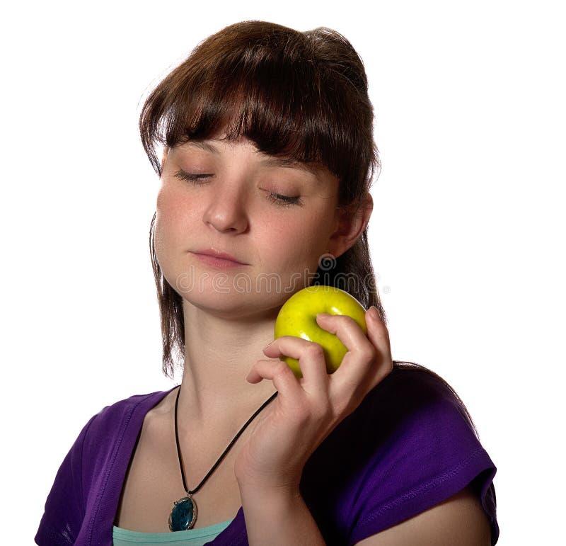 Donna che fissa alla mela verde immagini stock libere da diritti