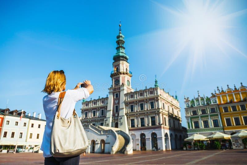 Donna che fotografa Città Vecchia di Zamosc immagini stock libere da diritti