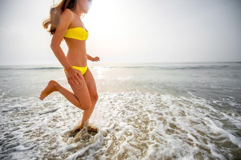 Donna che funziona sulla spiaggia immagini stock libere da diritti