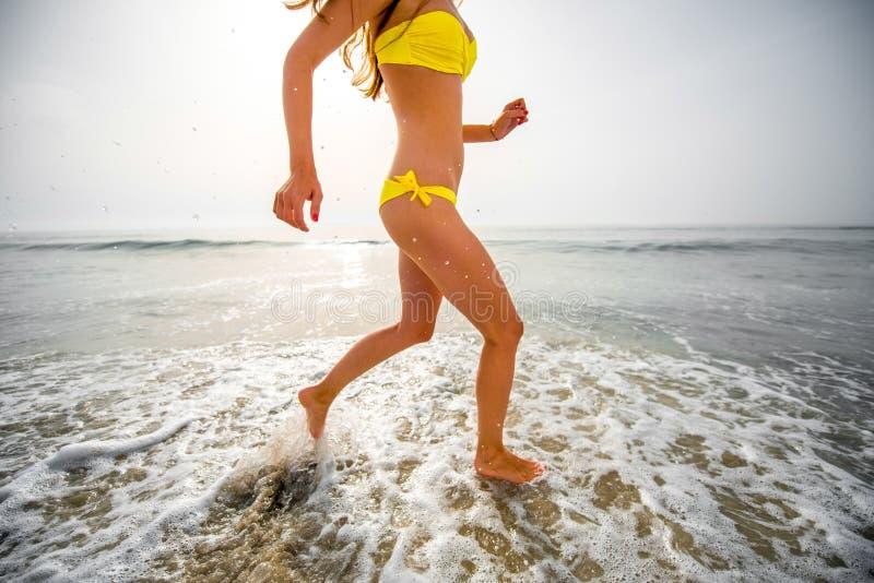 Donna che funziona sulla spiaggia immagine stock libera da diritti