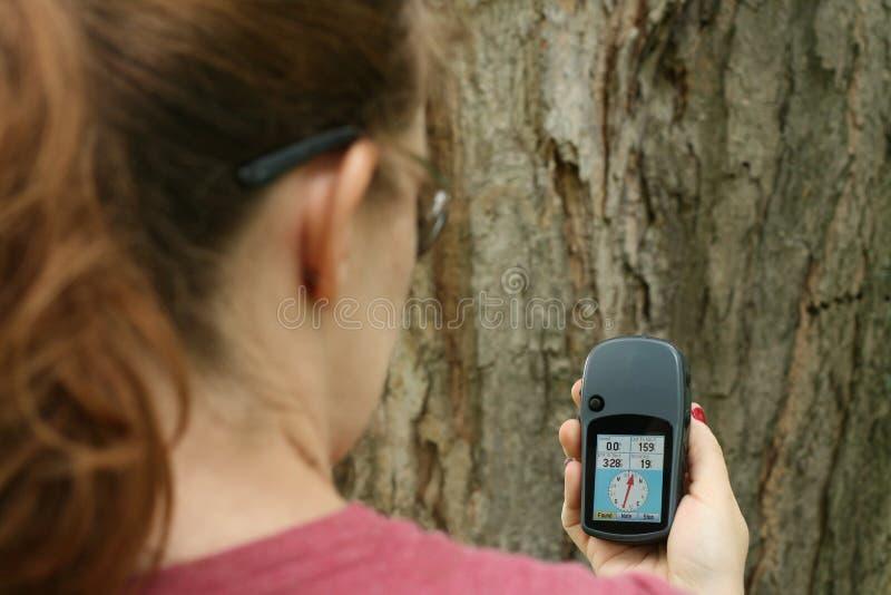Donna che geocaching fotografie stock libere da diritti