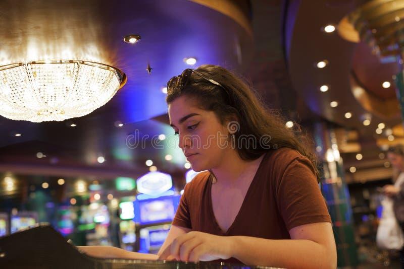 Donna che gioca al casinò fotografia stock