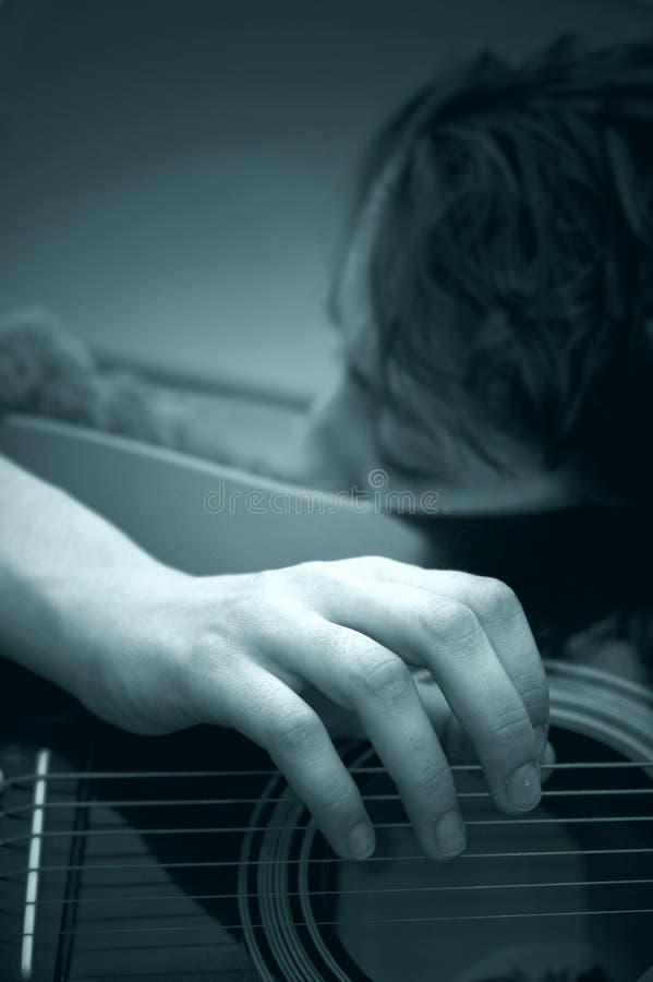 Donna che gioca chitarra acustica B&W immagine stock libera da diritti