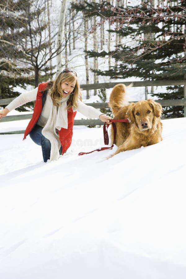Donna che gioca con il cane. immagine stock libera da diritti