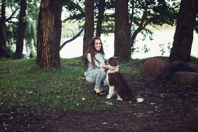 Donna che gioca con il cane delle collie immagini stock libere da diritti