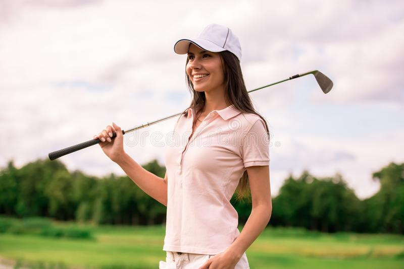 Donna che gioca golf fotografia stock libera da diritti