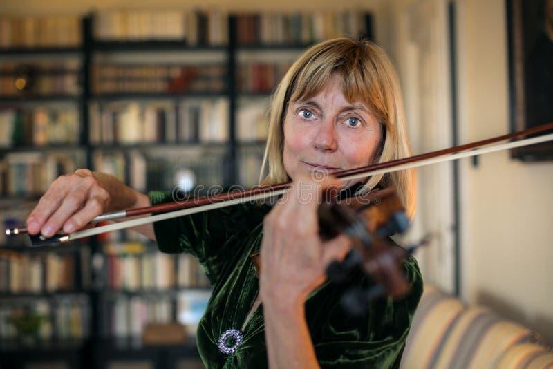 Donna che gioca il violino fotografie stock