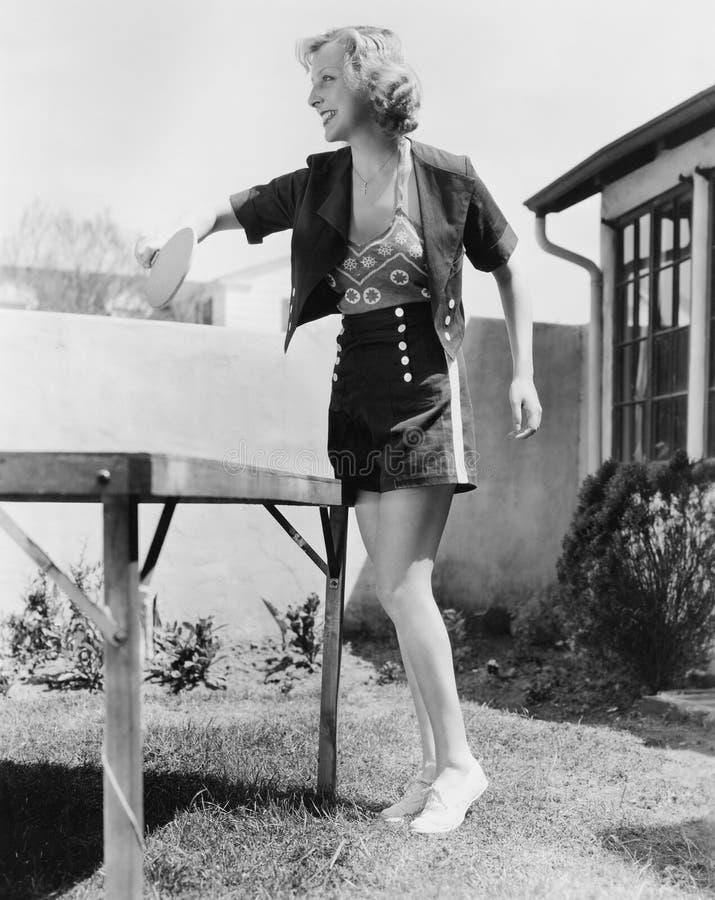 Donna che gioca l'esterno di ping-pong (tutte le persone rappresentate non sono vivente più lungo e nessuna proprietà esiste Gara fotografia stock