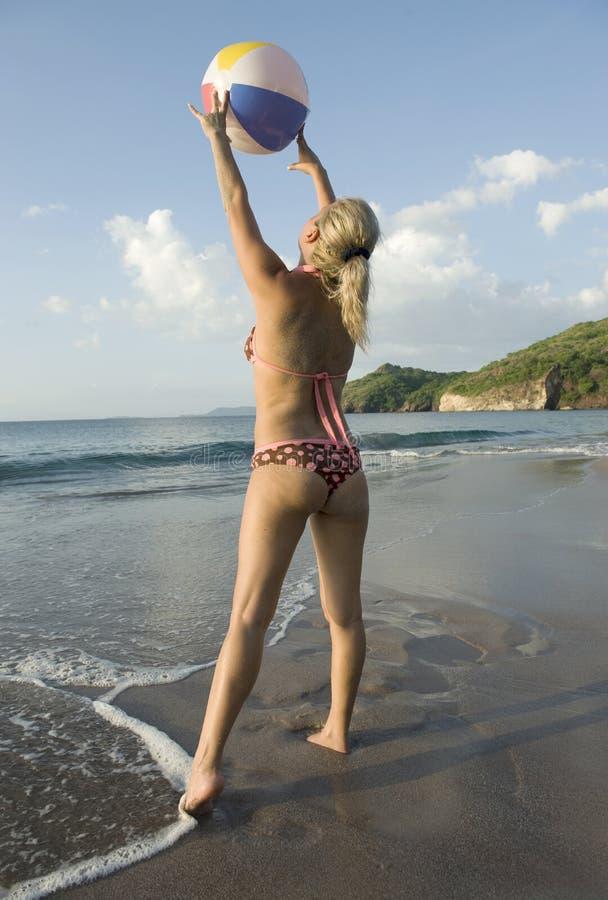 Donna che gioca sfera sulla spiaggia tropicale costa rica for Disegni di casa sulla spiaggia tropicale