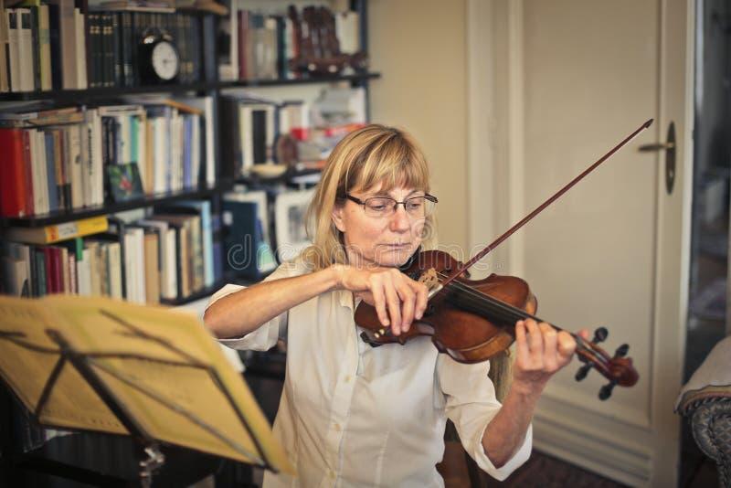 Donna che gioca violino fotografie stock libere da diritti