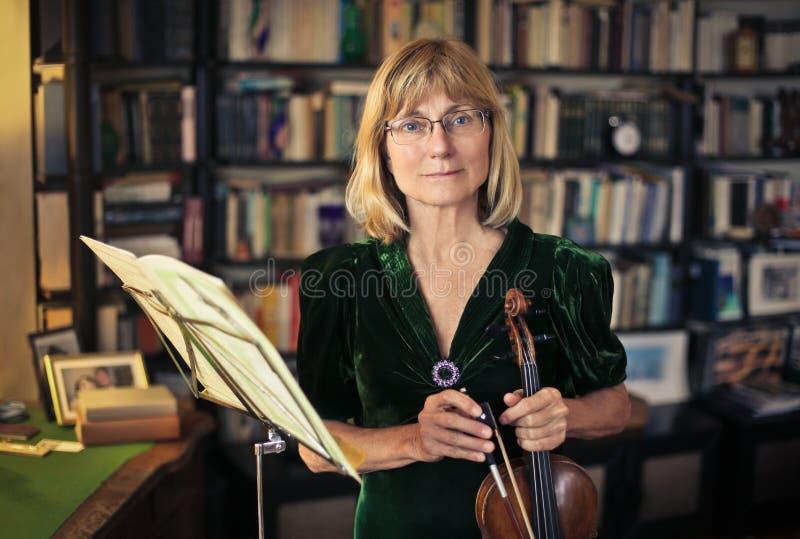Donna che gioca violino fotografia stock libera da diritti