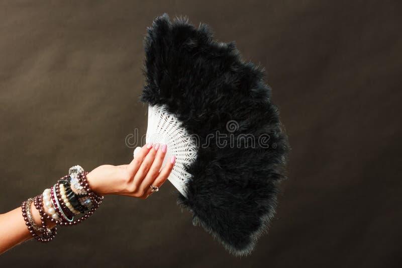 Donna che giudica il fan nero della piuma disponibile fotografia stock libera da diritti