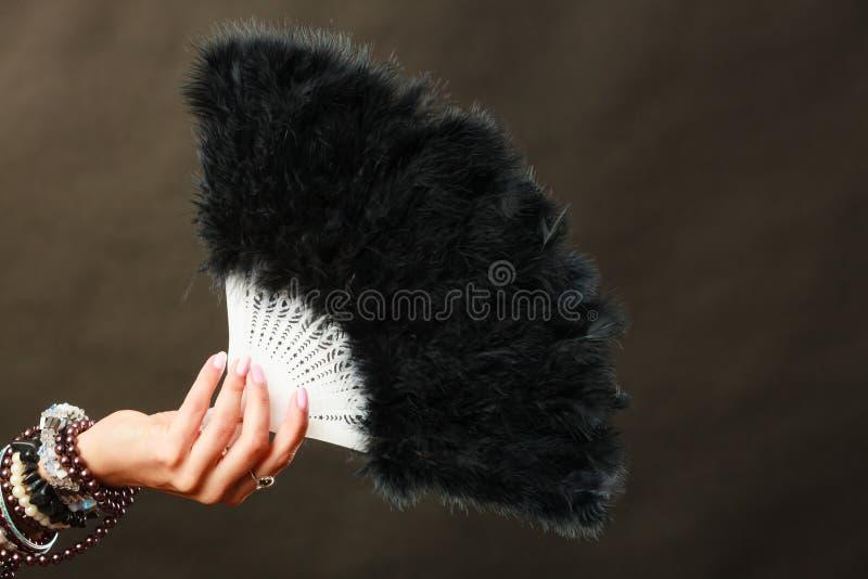 Donna che giudica il fan nero della piuma disponibile fotografie stock
