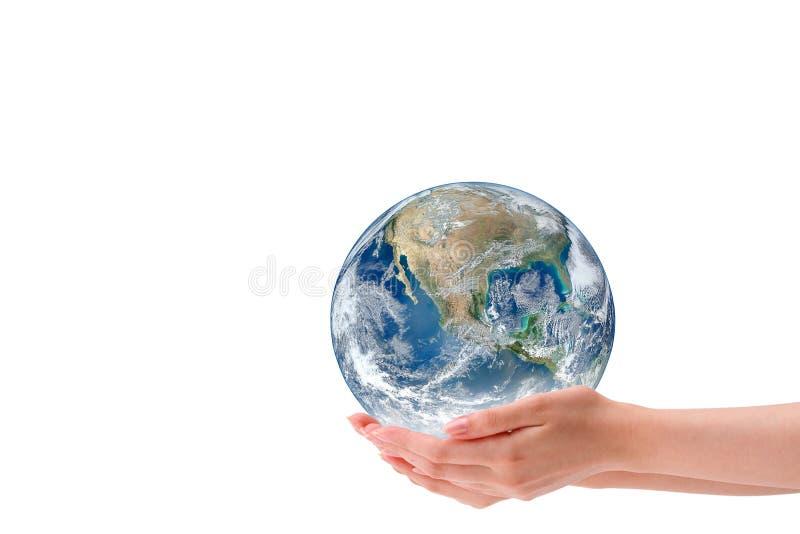 Donna che giudica il globo del pianeta Terra isolato su fondo bianco Elementi di questa immagine ammobiliati dalla NASA fotografia stock