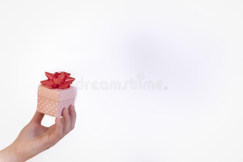 Donna che giudica un regalo dietro un fondo variopinto utilizzabile immagine stock libera da diritti