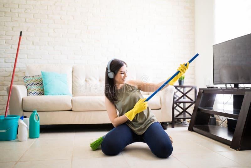 Donna che gode del gioco con la scopa fotografia stock libera da diritti