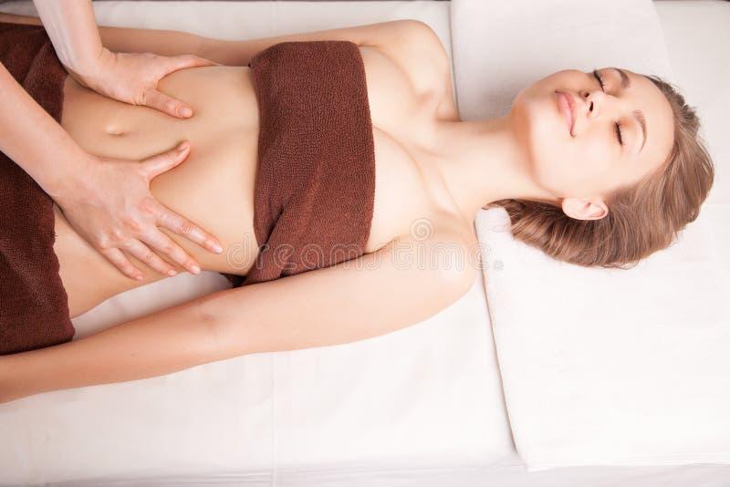 Donna che gode del massaggio dell'olio di Ayurveda in stazione termale immagini stock libere da diritti