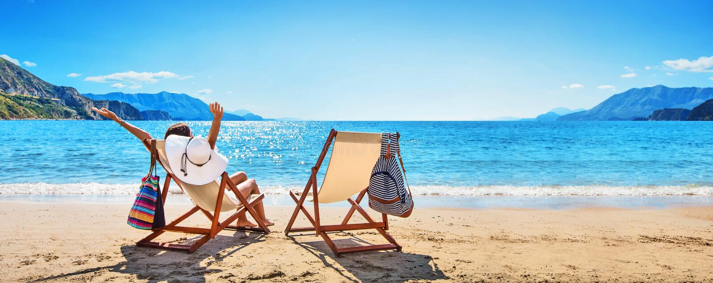 Donna che gode del prendere il sole alla spiaggia immagine stock