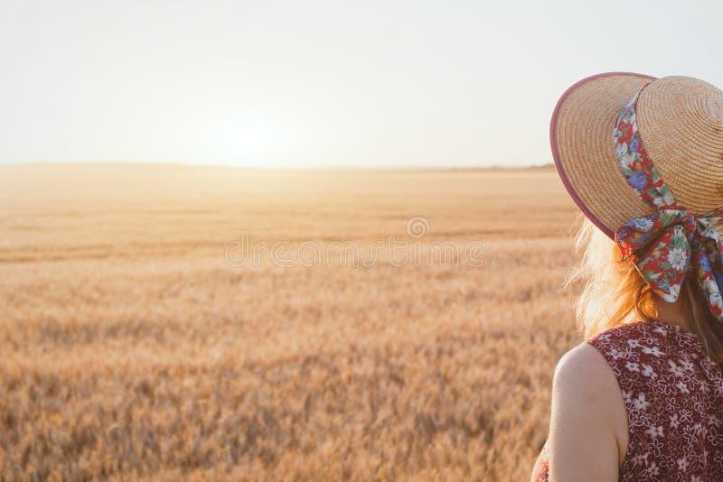 Donna che gode del tramonto di estate fotografia stock