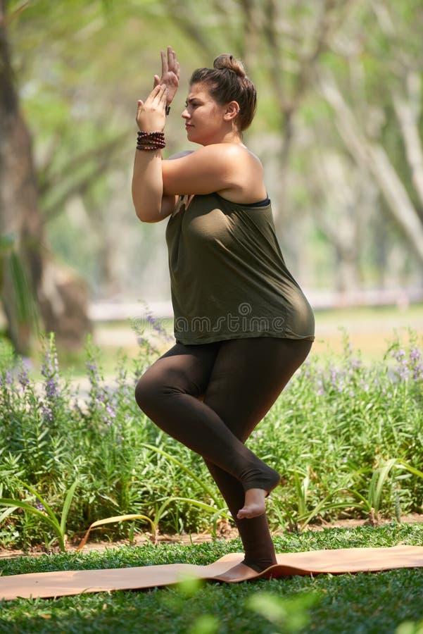Donna che gode dell'yoga immagini stock