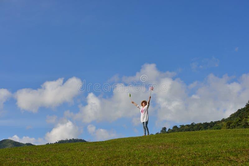 Donna che gode della natura fotografia stock