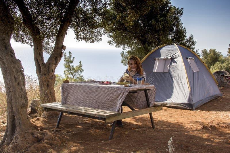 Donna che gode della vacanza in campeggio in campagna immagine stock libera da diritti