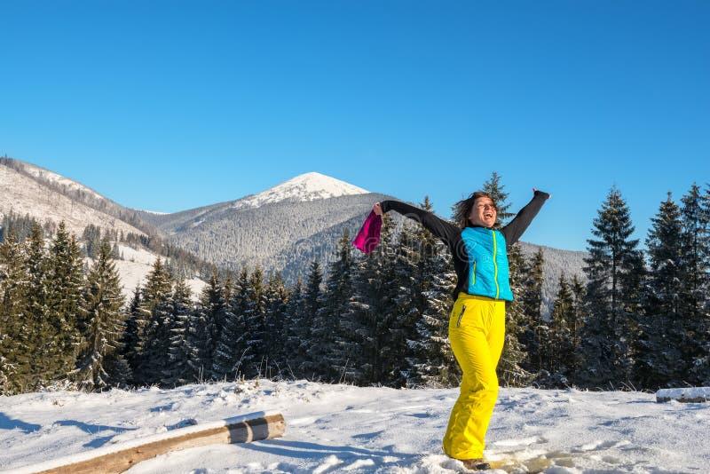 Donna che gode della vita in montagne di inverno fotografia stock libera da diritti