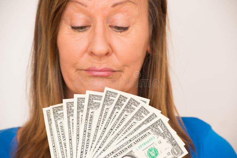 Donna che gode delle note del dollaro americano immagine stock libera da diritti