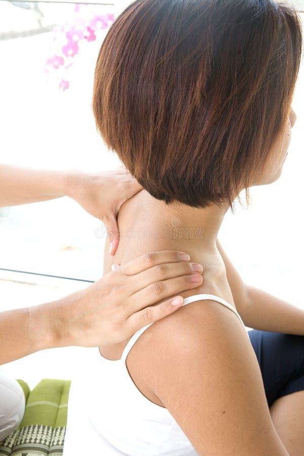 Donna che gode dello sfregamento della spalla dal terapista immagini stock