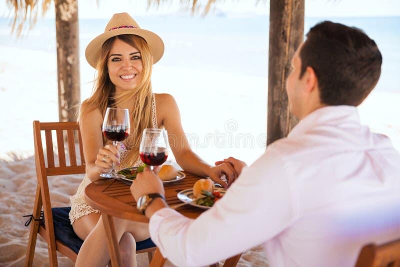 Donna che gode di un certo vino con la sua data fotografie stock