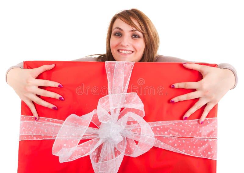 Donna che grabing grande regalo fotografie stock