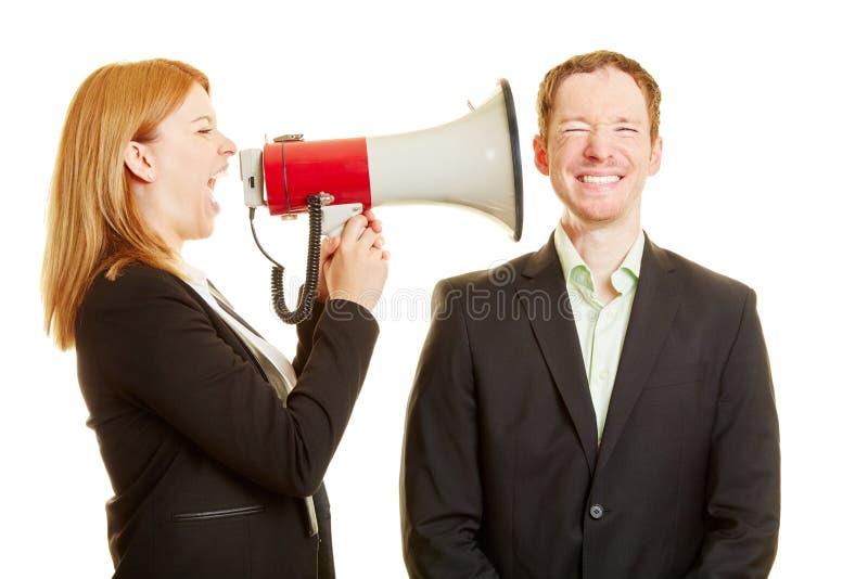 Donna che grida ad un uomo con un megafono fotografia stock libera da diritti