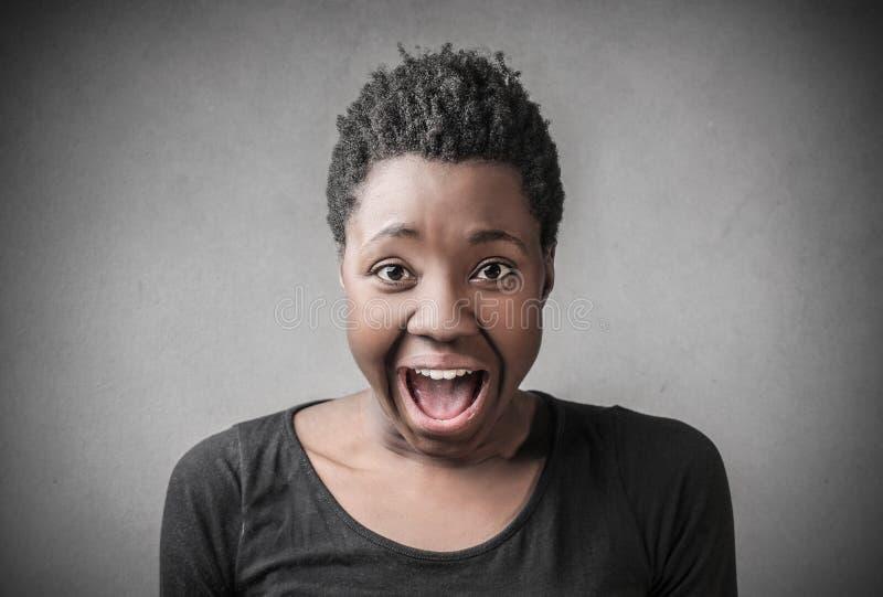 Donna che grida alto fuori fotografia stock