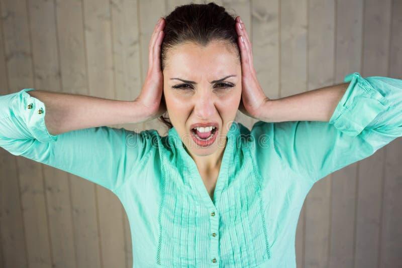 Donna che grida con la testa in mani fotografia stock libera da diritti