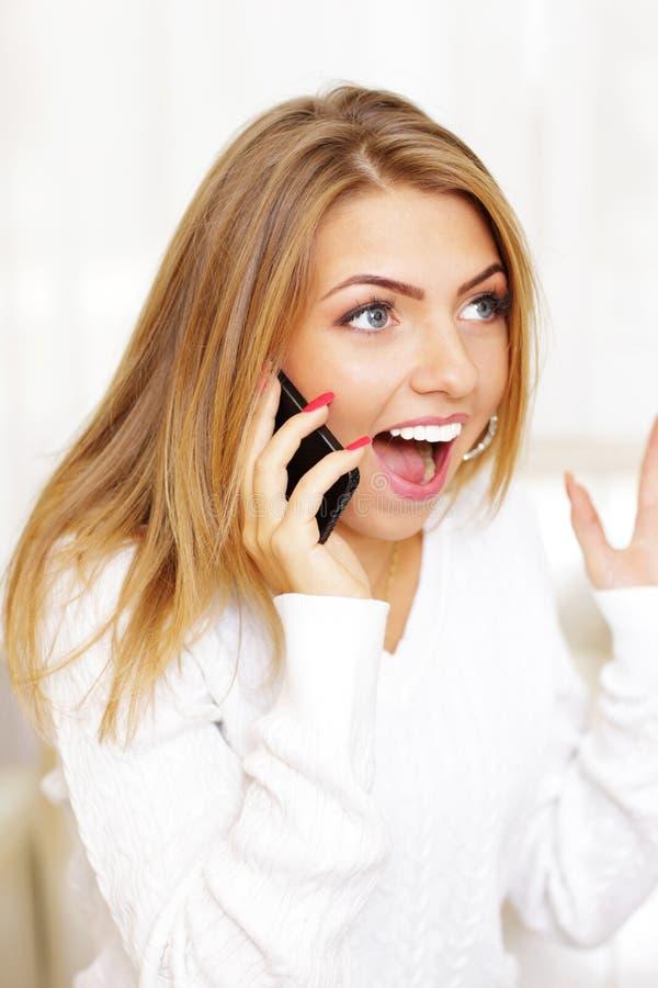 Donna che grida nel divertimento sul telefono fotografia stock