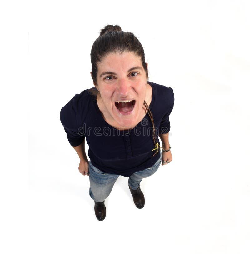 Donna che grida sul fondo bianco immagini stock libere da diritti
