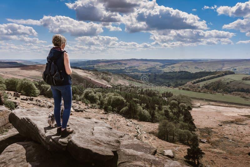 Donna che guarda la vista alle rocce di Derbyshire fotografia stock libera da diritti