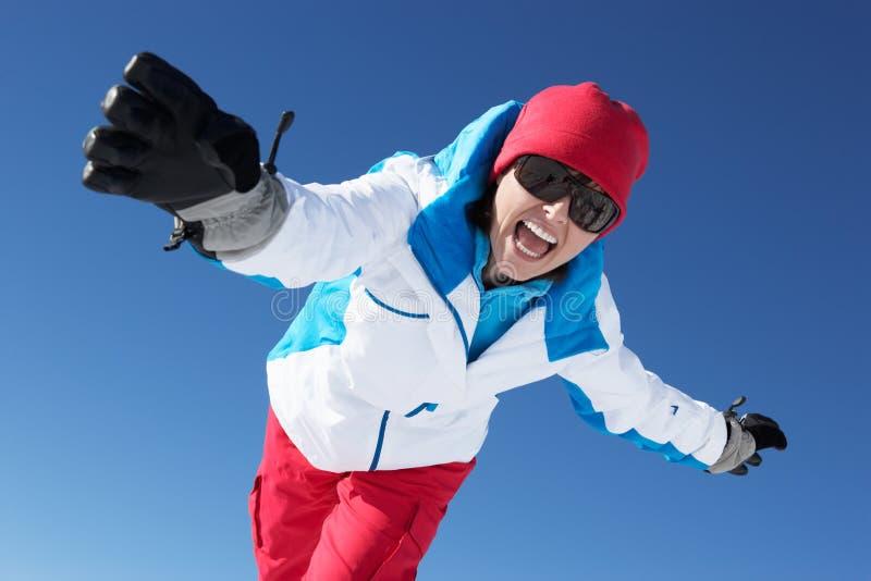Donna che ha divertimento sulla festa del pattino in montagne fotografia stock libera da diritti