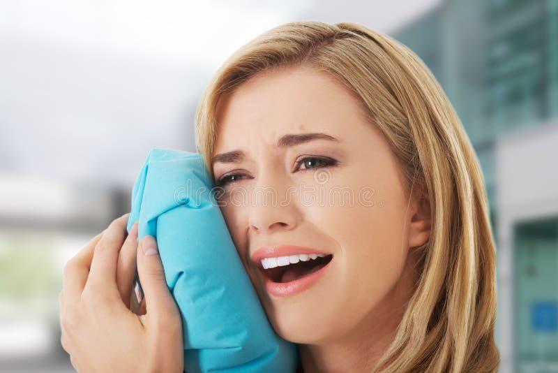 Donna che ha dolore del dente fotografia stock
