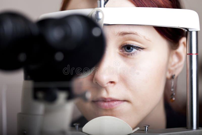 Donna che ha esame di occhio fotografie stock libere da diritti