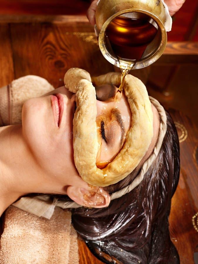 Donna che ha maschera alla stazione termale di ayurveda. immagine stock