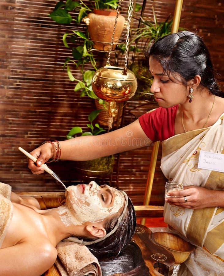 Donna che ha maschera alla stazione termale di ayurveda. immagini stock