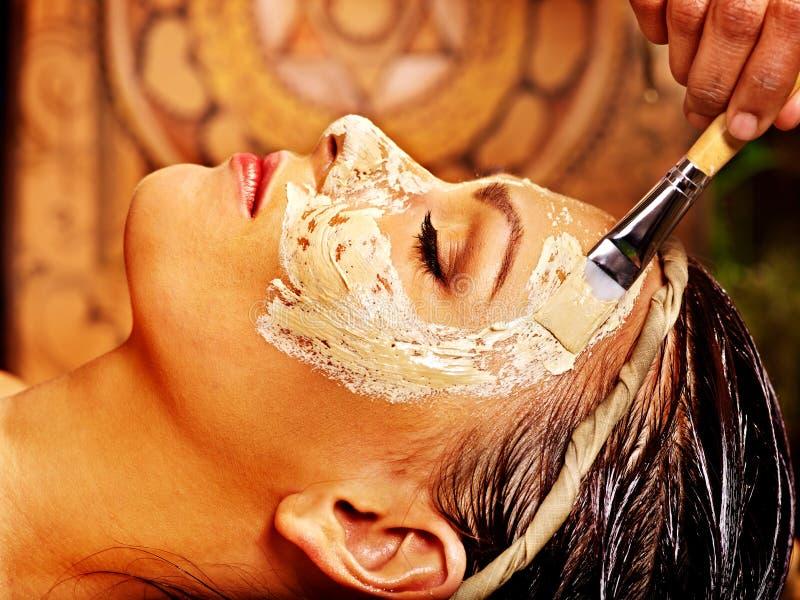 Donna che ha maschera alla stazione termale di ayurveda fotografie stock