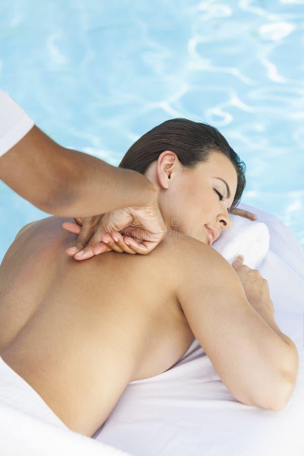 Donna che ha massaggio dalla stazione termale di salute del Pool At fotografie stock libere da diritti