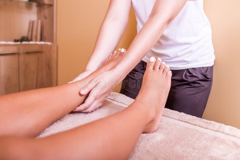 Donna che ha massaggio del piede immagini stock libere da diritti