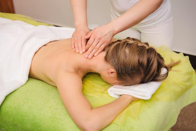 Donna che ha massaggio della spalla e del collo nel centro della stazione termale fotografia stock