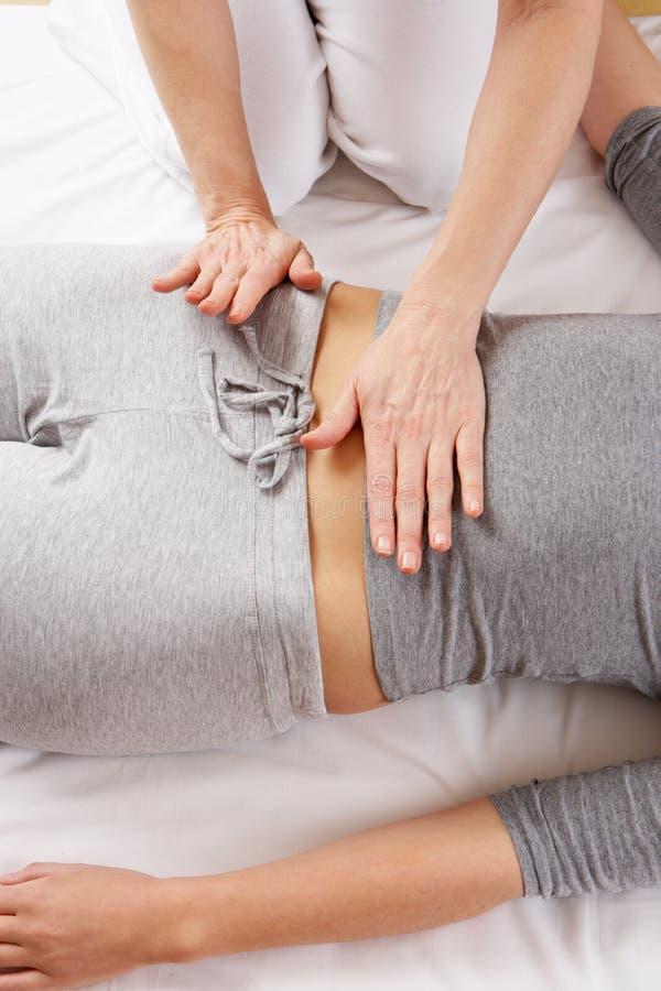Donna che ha massaggio di Shiatsu fotografia stock