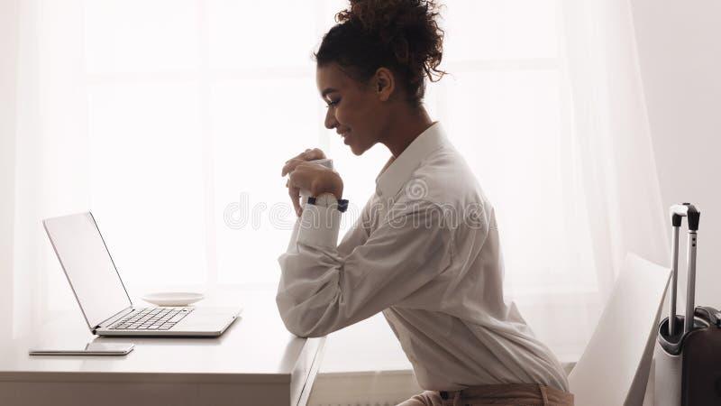Donna che ha riunione online con i soci commerciali internazionali fotografia stock
