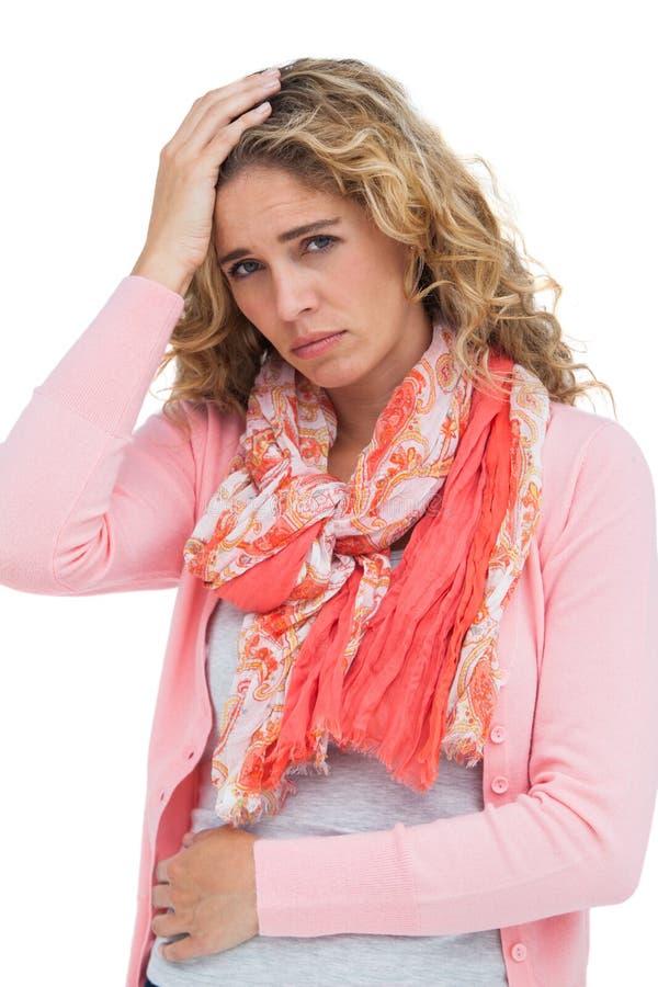 Donna che ha sia emicrania che dolore della pancia fotografie stock libere da diritti